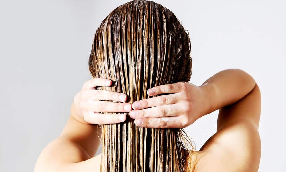 Sering Tidur Dengan Rambut Basah? Hati-hati 8 Bahaya Kesehatan Ini Mengintai!