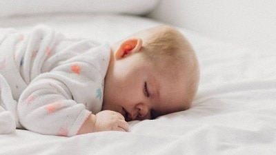 Aman Tidak Bayi Tidur Tengkurap? Perhatikan Untung Ruginya
