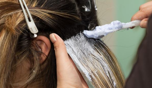 Akibat Proses Bleaching Rambut, Terjadi Luka Bakar pada Kulit Kepala Gadis Ini