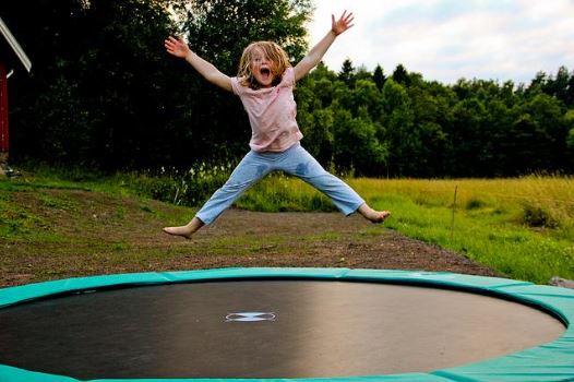 Bermain Trampolin Tawarkan 9 Manfaat Ini Bagi Kesehatan Anak