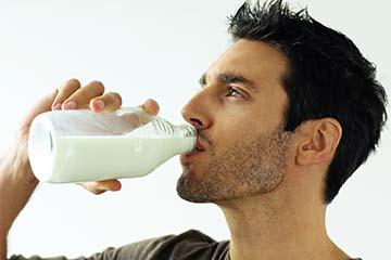 4 Cara Mengobati Asam Lambung dengan Susu Mudah dan Efektif