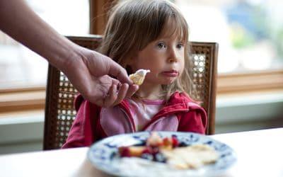 Cara Agar Anak Tidak Mengemut Makanan
