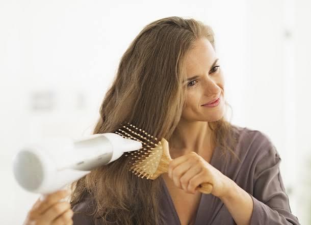 Hindari 5 Kesalahan Saat Blow Dry Rambut Agar Tidak Rusak