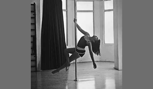 Prilly Latuconsina Redakan Stres dengan Pole Dance, Apa Saja Sih Manfaat Tarian Ini?
